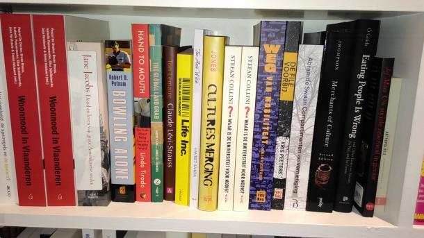 boekenplank-met-de-file-voorbij